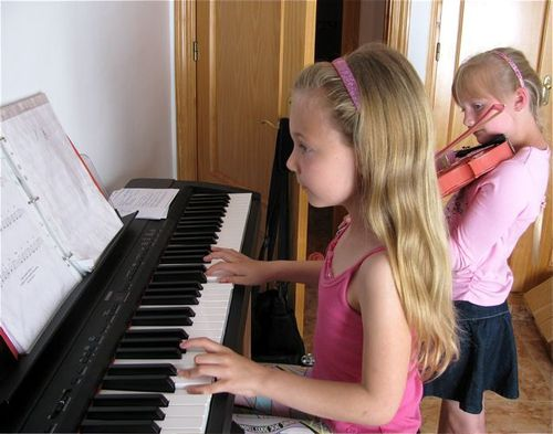 music, piano, violin, 2 girls, Spain, globe trotting, location independent, global nomad kids! TCK,