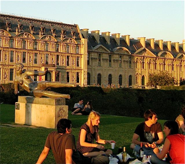 beautiful sunset picnic in Paris at the Louvre- or cheap luxury travel