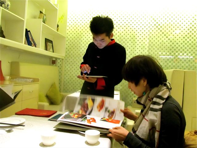 Chinese restaurants in China - ordering via Ipad, color photo menus