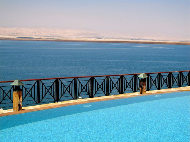 gorgeous infinity pool at the Dead Sea