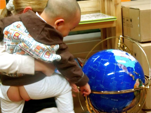 diaper free babies around the world - split pants in China baby