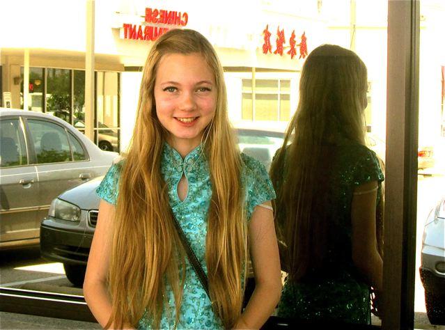 teen Mozart - Blonde American Girl Singing Chinese!