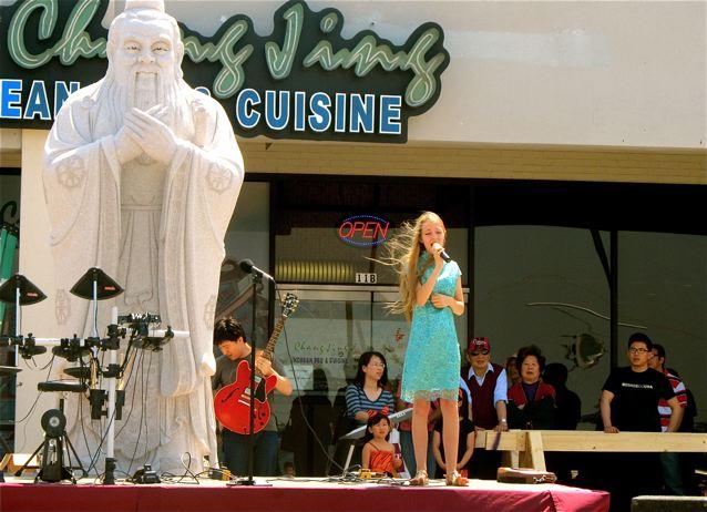 Mozart - Blonde American Girl Singing Chinese!