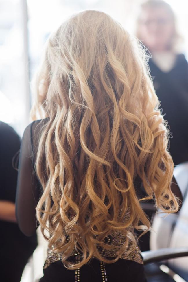 Teen singer Mozart shows her stunning long blonde hair